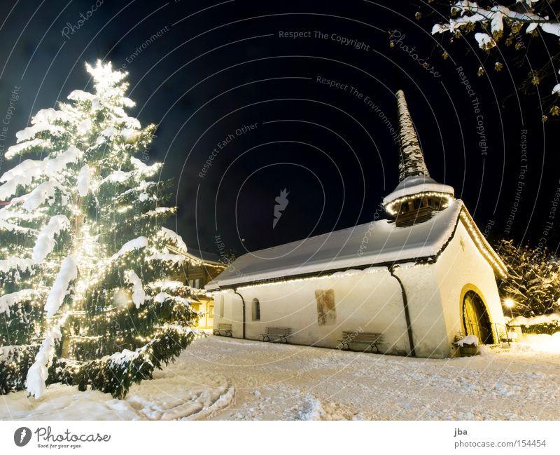 weiss Kapelle Kirche Turm Platz Dorfplatz Tanne Weihnachten & Advent Weihnachtsbaum geschmückt Lichterkette Schnee Promenade Ast Nachthimmel weiß