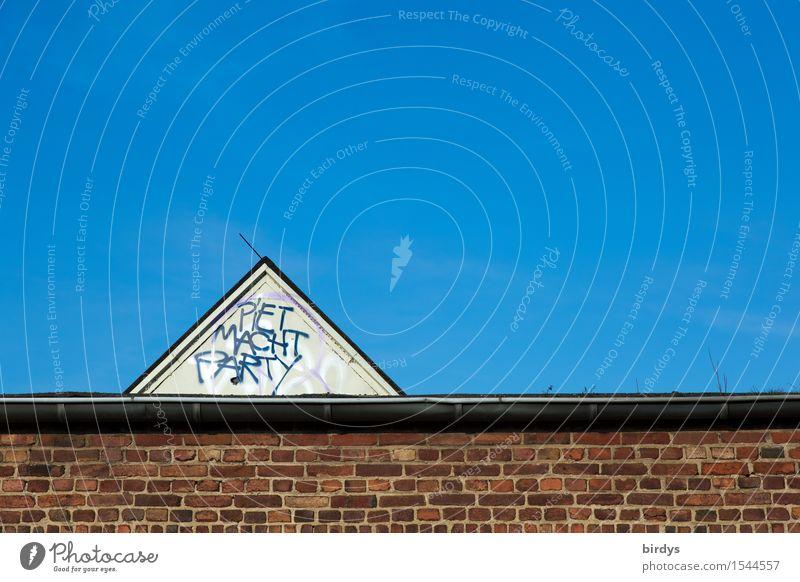 schon was vor am WE ? Lifestyle Häusliches Leben Party Wolkenloser Himmel Mauer Wand Dachrinne Dachgiebel Schriftzeichen Graffiti ästhetisch außergewöhnlich