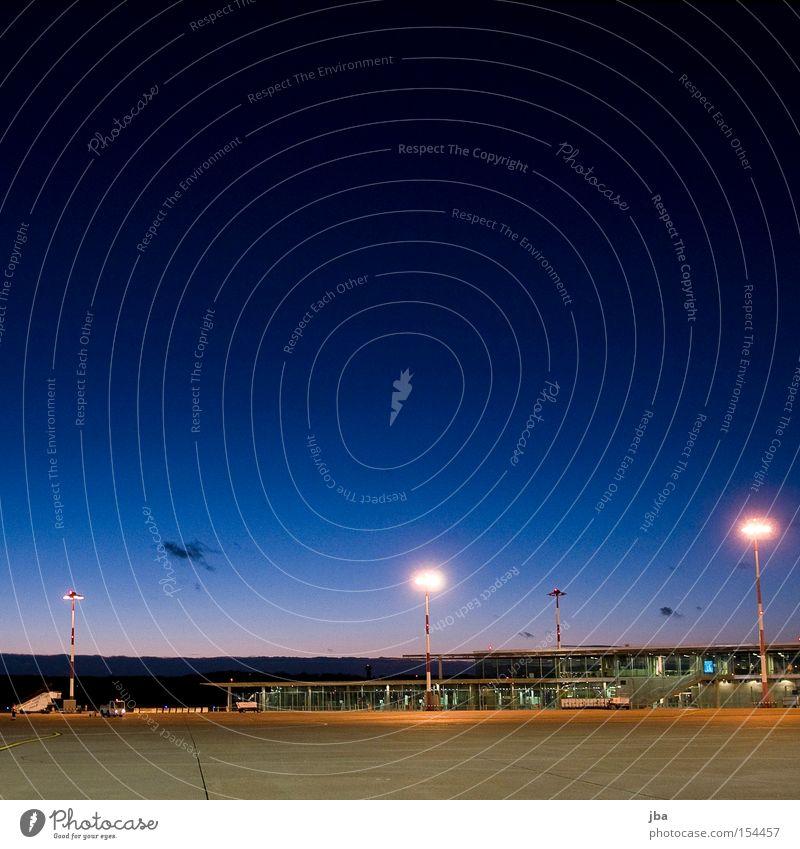 warten Himmel blau Gebäude Treppe Flughafen Abenddämmerung Scheinwerfer spät geduldig Ausdauer Gate Flugplatz Rollfeld