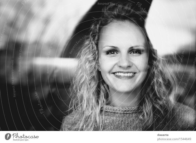 lächelnd durch Jugendliche schön Junge Frau Freude 18-30 Jahre Erwachsene Wärme Leben feminin Stil Lifestyle Spielen Freiheit Stimmung Freizeit & Hobby elegant