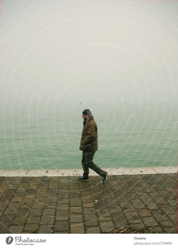 Mann am Strand Winter Einsamkeit kalt Nebel laufen Hafen Anlegestelle