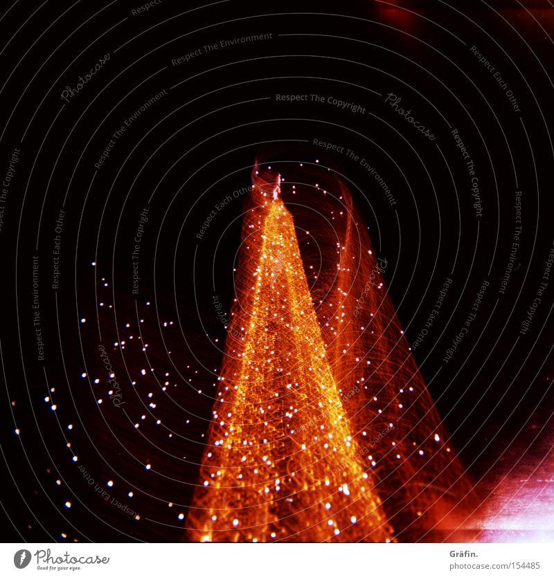Drehwurm Weihnachtsbaum Licht drehen Langzeitbelichtung rot gelb rosa Nacht Weihnachtsmarkt Weihnachten & Advent dunkel Unschärfe Bewegung Holga Lomografie