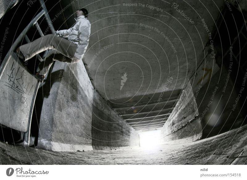 Der Geheimgang III Mann Einsamkeit Beton Perspektive Baustelle Industriefotografie Klettern verfallen tief Flucht Gang Verzerrung Schlachthof Zutritt verboten