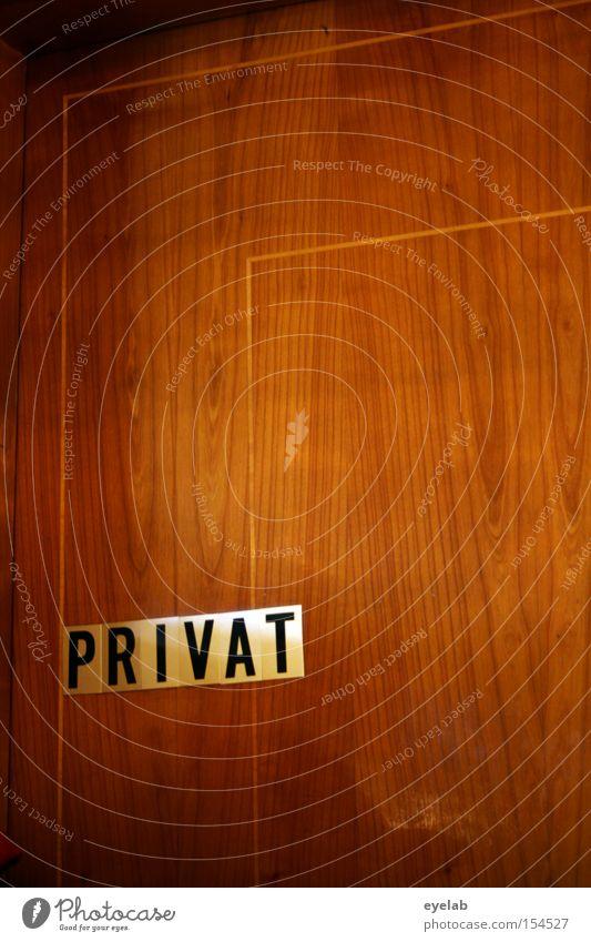 P R I V A T Wand Holz privat Typographie Schriftzeichen Maserung braun Buchstaben Streifen Linie Durchgang Detailaufnahme Häusliches Leben Tür Hinweisschild