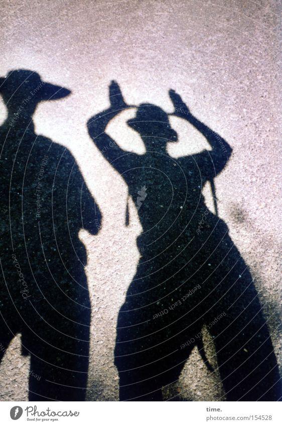 Neulich im Wald Frau Mann Freude 2 lustig Erwachsene wandern Kommunizieren Vergänglichkeit Hut Geister u. Gespenster Unsinn unterwegs Rucksack Schattenspiel