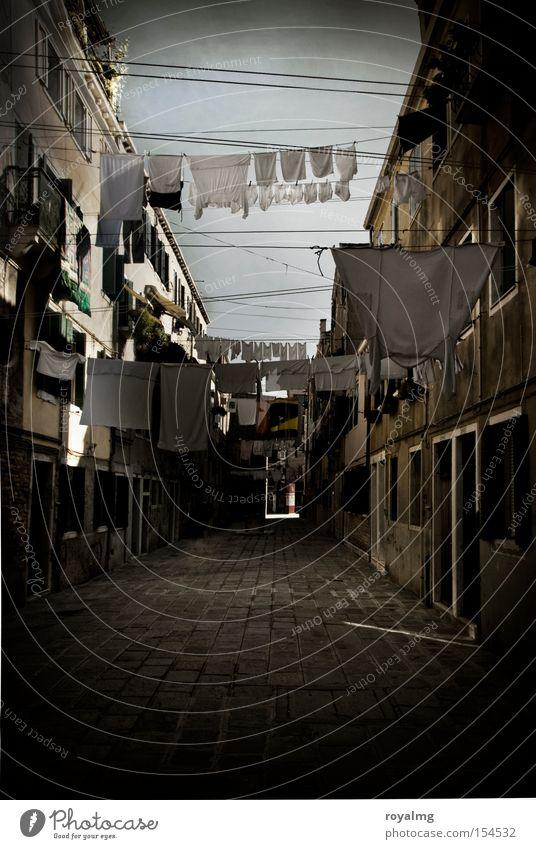 Waschtag Venedig Wäsche Gasse altmodisch Haus Fassade Wäsche waschen Kopfsteinpflaster Abenddämmerung Morgendämmerung historisch Verkehrswege Italien