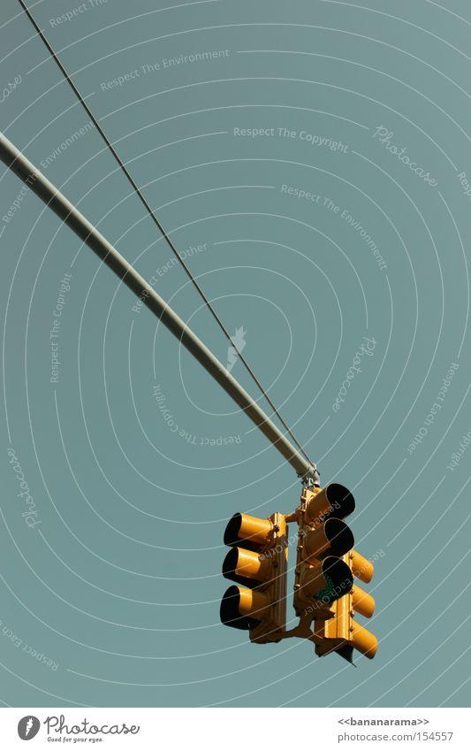 Wenn Ampeln bambeln gelb Straße Schilder & Markierungen Verkehr Kommunizieren KFZ stoppen Verkehrswege Signal Verkehrsstau Regel Straßennamenschild