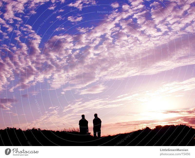 zwei gegen sonnenuntergang Mensch Himmel Sonne Sommer Strand Wolken Farbe hell Küste Spaziergang Bretagne