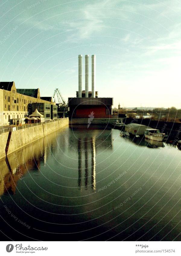 traumfabrik. Wasser See Wasserfahrzeug 3 Industrie Fluss Industriefotografie Fabrik Hafen Anlegestelle Schifffahrt Schornstein Symmetrie Stromkraftwerke