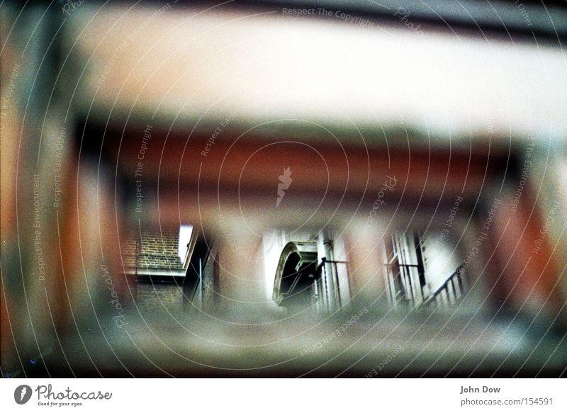 davor ist dahinter Außenaufnahme Nahaufnahme Detailaufnahme Makroaufnahme Textfreiraum oben Tag Kontrast Unschärfe London Altstadt Tor Bauwerk Türspion Dach