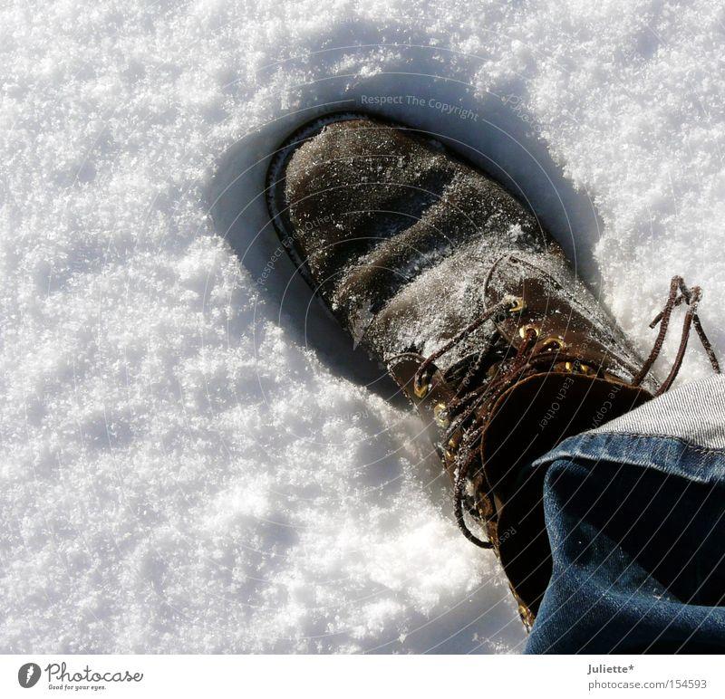 Big Foot weiß blau Winter Einsamkeit kalt Schnee Schuhe braun groß Jeanshose Spaziergang Freizeit & Hobby Hose frieren Fußspur Schuhbänder