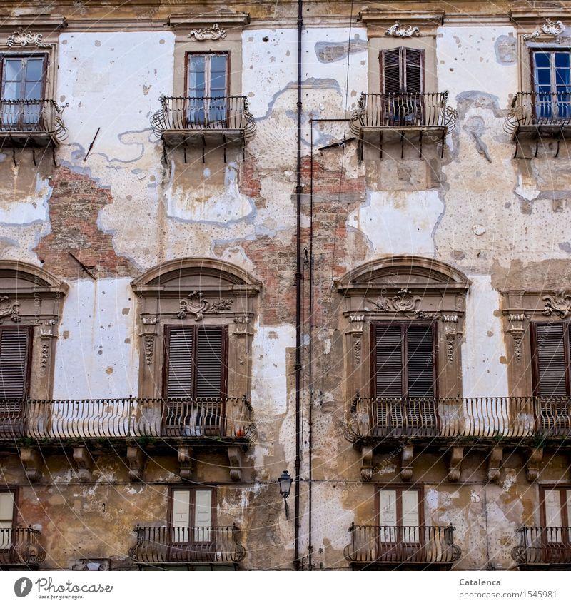 Der Prunk vergangener Zeiten II Haus Fenster Wand Architektur Gebäude Lifestyle Familie & Verwandtschaft Mauer Garten Fassade Tourismus Armut historisch