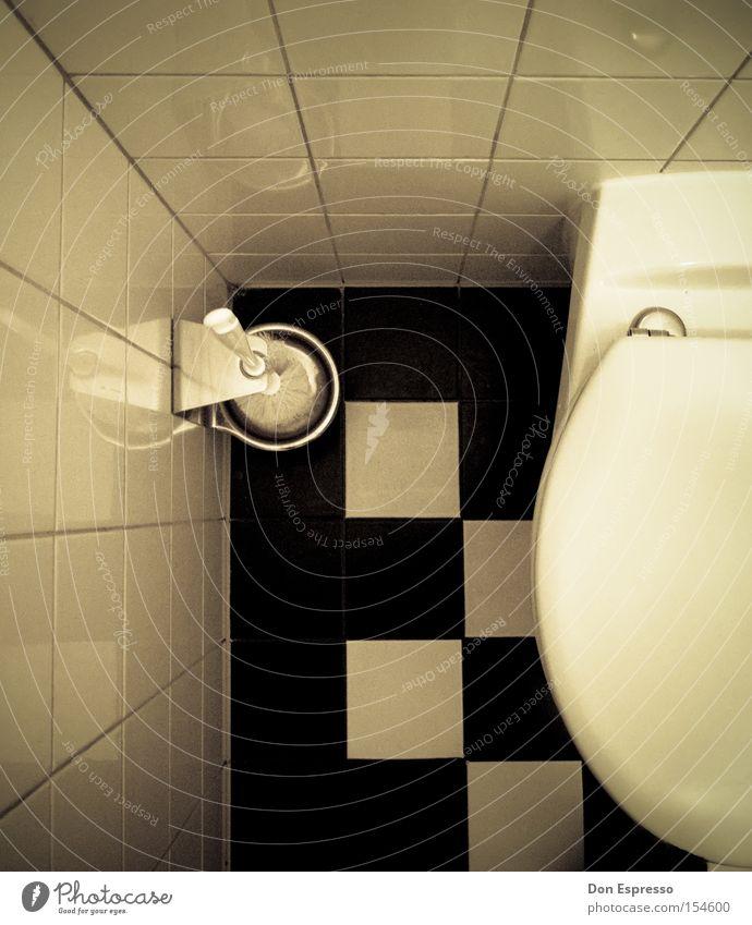Fürn Arsch! Toilette Toilettenbürste Muster kariert Vogelperspektive Fliesen u. Kacheln Detailaufnahme Bildausschnitt Anschnitt WCsitz schwarz weiß Ecke