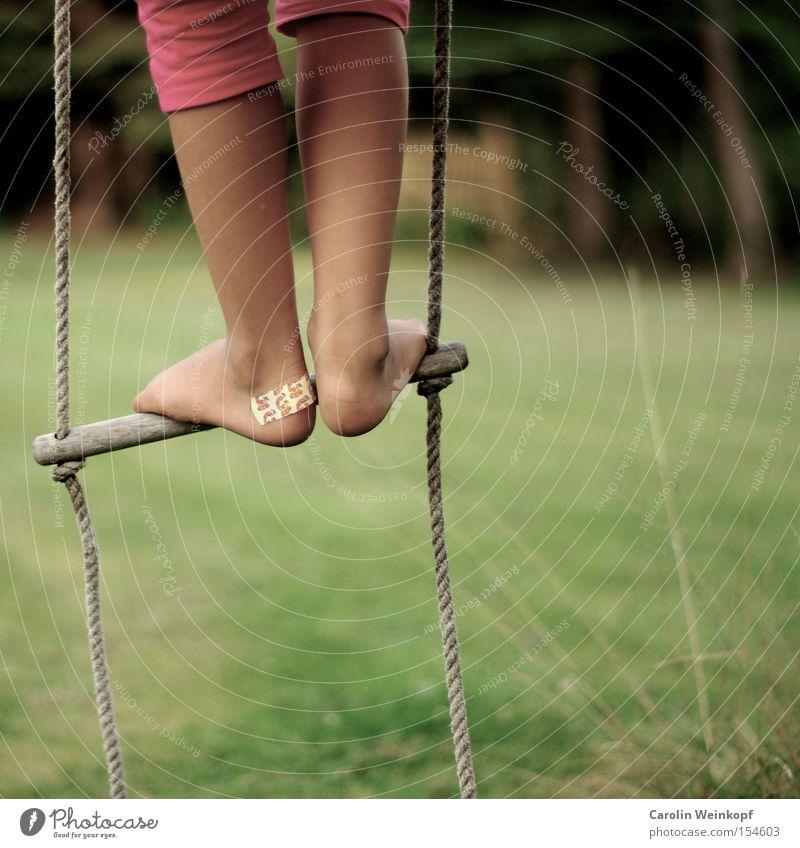 Damals. Freude Freizeit & Hobby Spielen Freiheit Garten Klettern Spielplatz Kind Beine Fuß Wiese Bekleidung Hose schaukeln toben Strickleiter Wunde Farbfoto