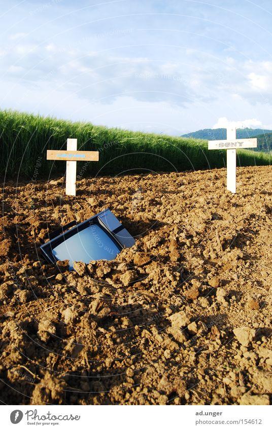 die anderen sind es auch schon Tod Feld Erde Fernseher Medien Boden Radio Besitz Kruzifix Grundbesitz Christentum beerdigen vergraben