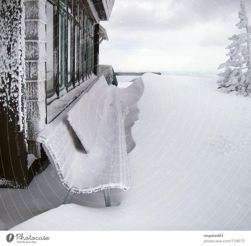 HOCHRIES 08 Winter Schnee Berge u. Gebirge Hütte Fenster Holz alt Ferne natürlich schwarz weiß gefroren Holzhütte Alm Schneewehe Aussicht Bank Detailaufnahme