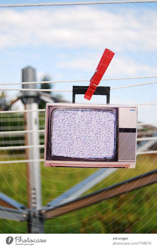 sauber muss es sein Fernseher Fernsehen Radio Macht aufhängen Wäscheklammern Wäscheständer gewaschen graues bild kein bild clean Farbfoto