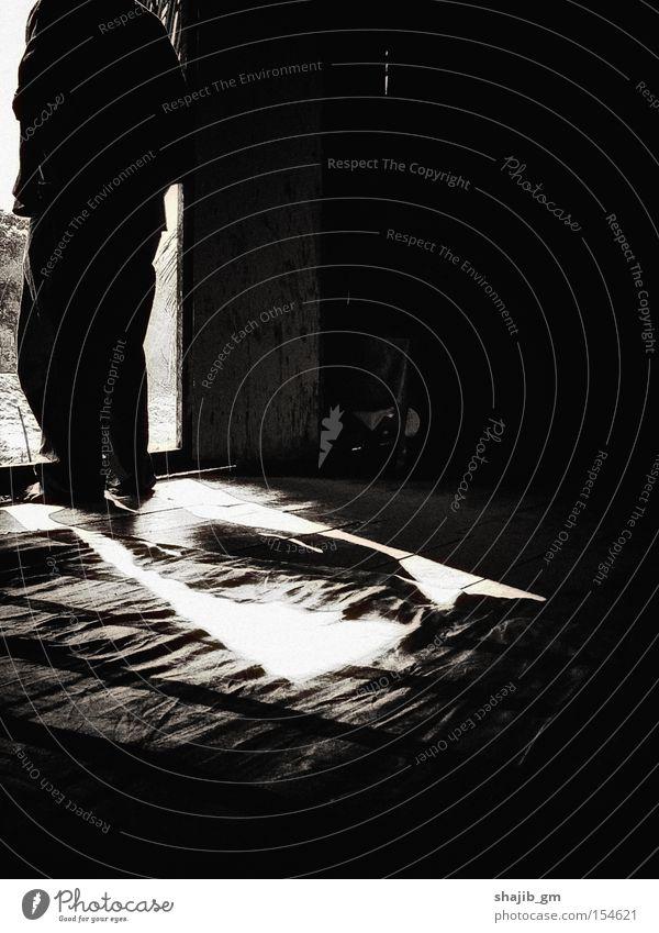 Einsam ich Mensch Mann Lichterscheinung Schwarzweißfoto Schatten Einsamkeit Trauer Verzweiflung Blitzeffekt stehen