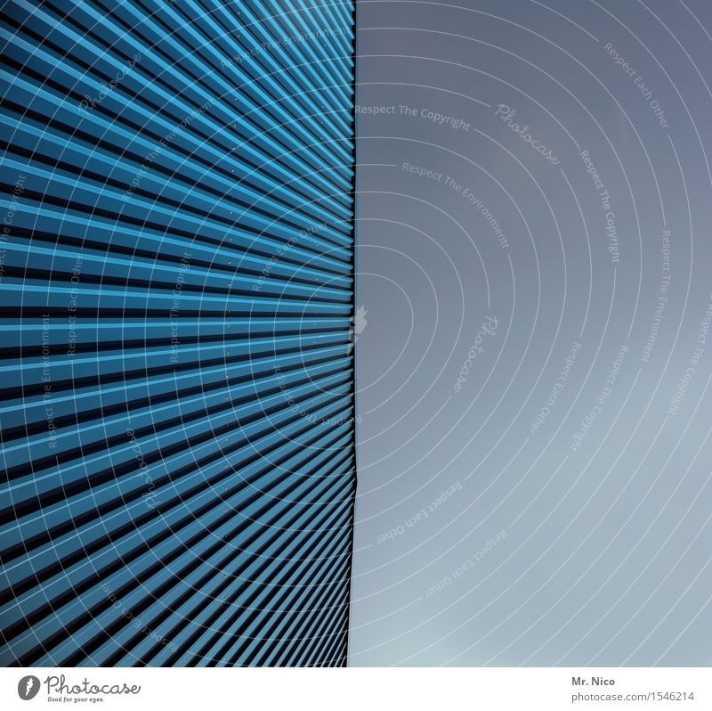 wellblechle blau Architektur Gebäude Linie Fassade Design Symmetrie parallel Lamelle Wellblech Fassadenverkleidung Wellblechhütte Wellblechwand