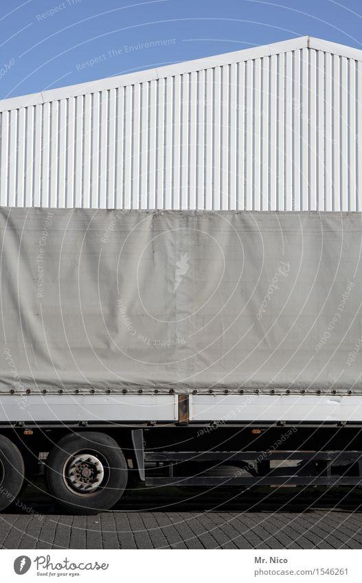 truck stop Arbeit & Erwerbstätigkeit Güterverkehr & Logistik Wolkenloser Himmel Industrieanlage Gebäude Fassade Verkehr Lastwagen grau weiß Reifen Spedition