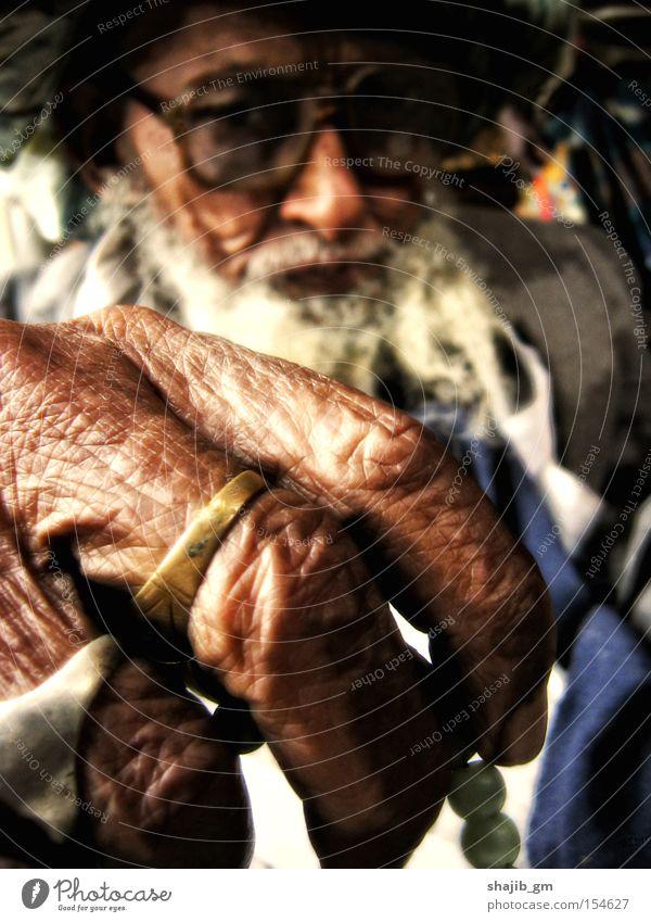 Mann Hand alt warten Brille Hautfalten Konzentration Bart Ring Vollbart