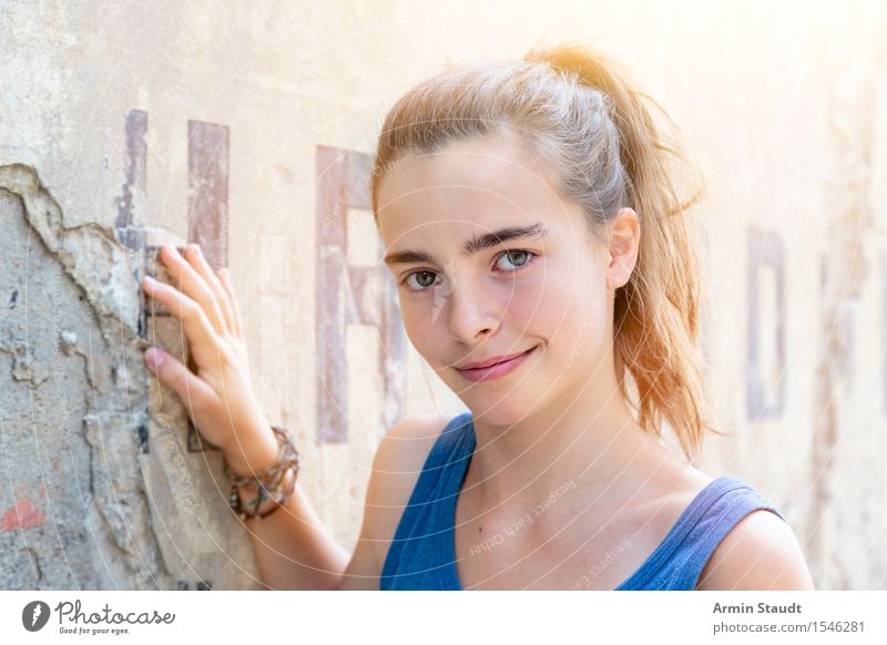 Porträt Mensch Frau Jugendliche Sommer schön Junge Frau Mädchen Erwachsene Wand Leben Gefühle natürlich feminin Lifestyle Mauer Glück