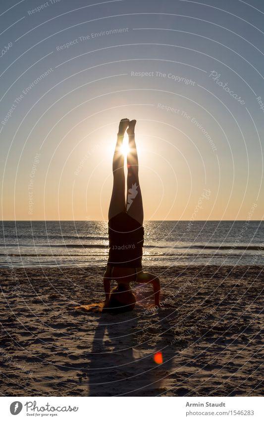 Handstand Lifestyle Stil schön Körper Freizeit & Hobby Ferien & Urlaub & Reisen Sommerurlaub Sonne Sonnenbad Strand Sport Yoga Mensch feminin Junge Frau