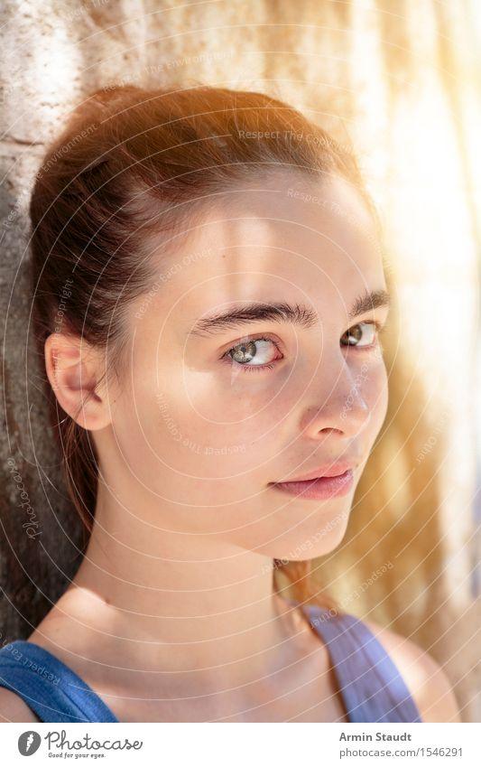 Porträt Lifestyle elegant Stil schön Sommer Mensch feminin Junge Frau Jugendliche Erwachsene Gesicht Auge 1 13-18 Jahre Mauer Wand brünett langhaarig Lächeln