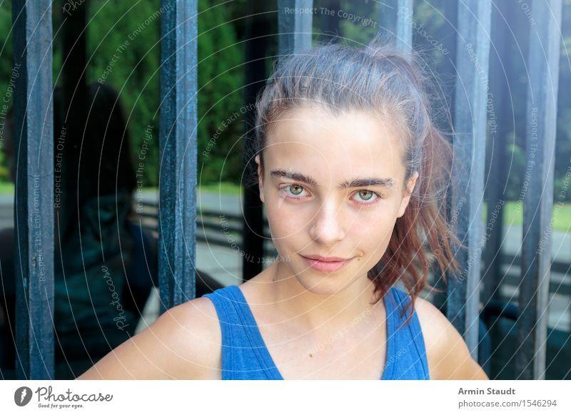 Porträt Lifestyle schön Gesicht Sommer Mensch feminin Junge Frau Jugendliche Kopf 1 13-18 Jahre brünett Glas Lächeln Coolness einzigartig blau Gefühle Glück