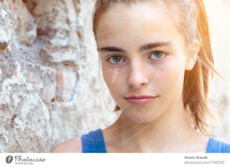Porträt Lifestyle Stil schön Sommer Mensch feminin Junge Frau Jugendliche Erwachsene Gesicht 1 13-18 Jahre Mauer Wand brünett langhaarig Backstein Lächeln