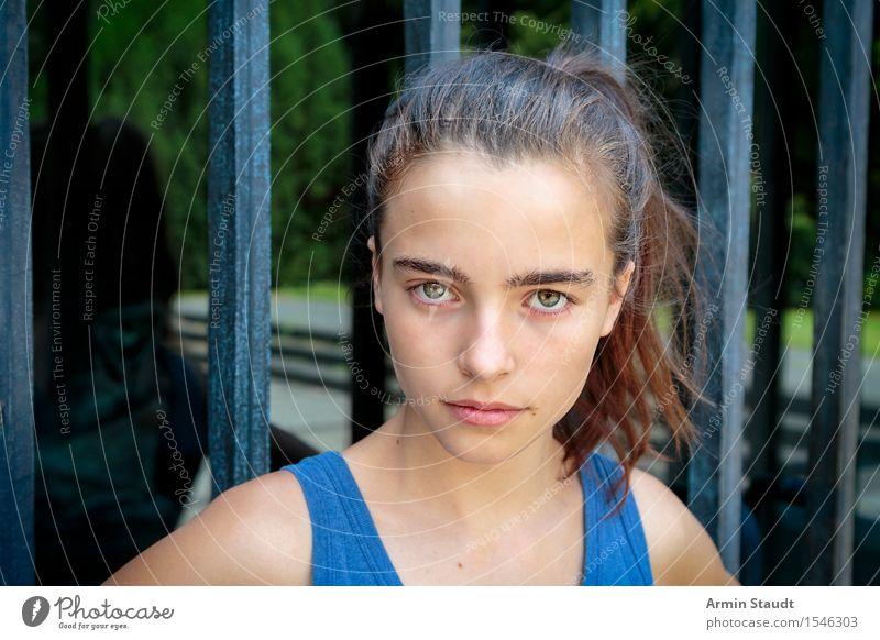 Porträt Mensch Jugendliche blau Sommer schön Junge Frau Gesicht Gefühle feminin Lifestyle Kopf 13-18 Jahre Glas einzigartig Coolness brünett