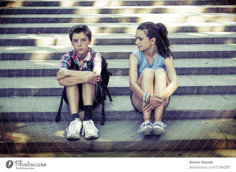 Geschwister sitzen auf den Stufen, einer ist ärgerlich Lifestyle Ferien & Urlaub & Reisen Tourismus Ausflug Sightseeing Sommerurlaub Mensch maskulin feminin