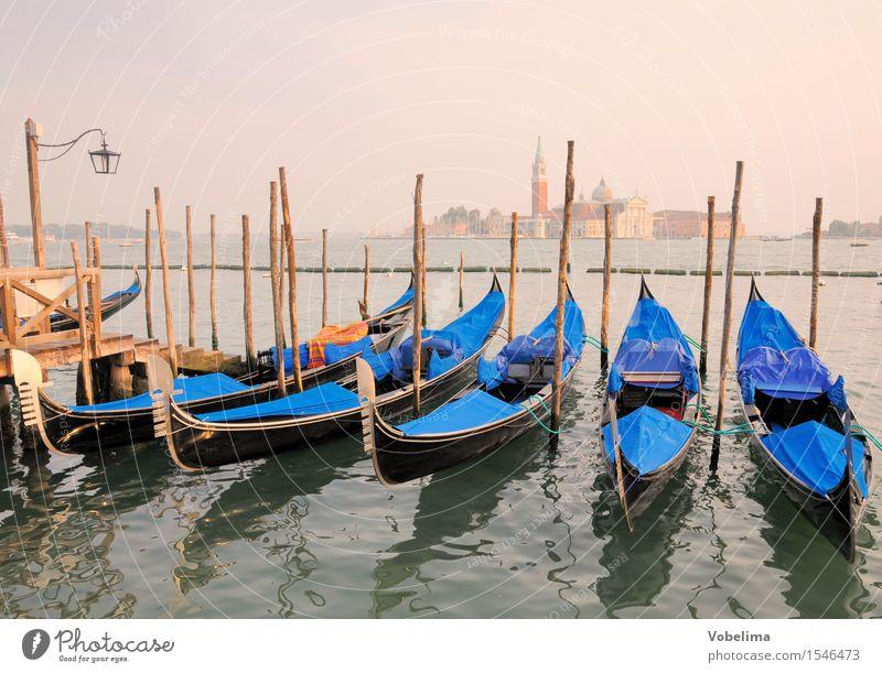 Gondeln und Kirche San Giogio Maggiore in Venedig Tourismus Städtereise Meer Insel Italien Stadt Stadtrand Bootsfahrt Wasserfahrzeug blau braun gelb grün