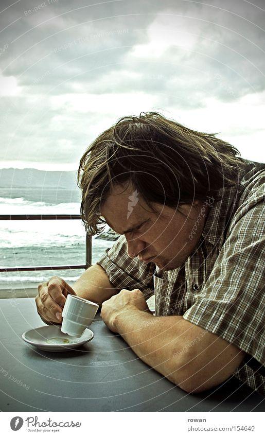 der kaffee is kalt!! Mann Strand Kaffee trinken Wut Café Ärger Ernährung Espresso Laune unruhig sauer verärgern Schlechte Laune