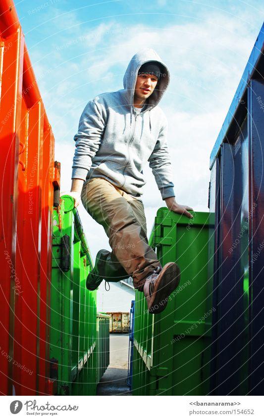 RGB Balance blau grün rot Farbe springen 18-30 Jahre Junger Mann einzeln sportlich Container Schwung Geschicklichkeit schwungvoll gelenkig aufstützen