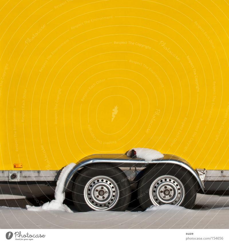 Anhänglich Winter gelb Schnee Wand Verkehr fahren Güterverkehr & Logistik Rad laden Anhänger Textfreiraum links Achse Schneedecke