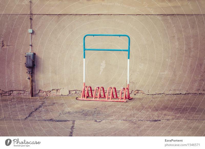 France Stadt Haus Mauer Wand Fassade Wege & Pfade Beton Metall Linie blau grau rot weiß Farbe Frankreich Fahrradständer Kabel Verteiler alt verfallen Farbfoto