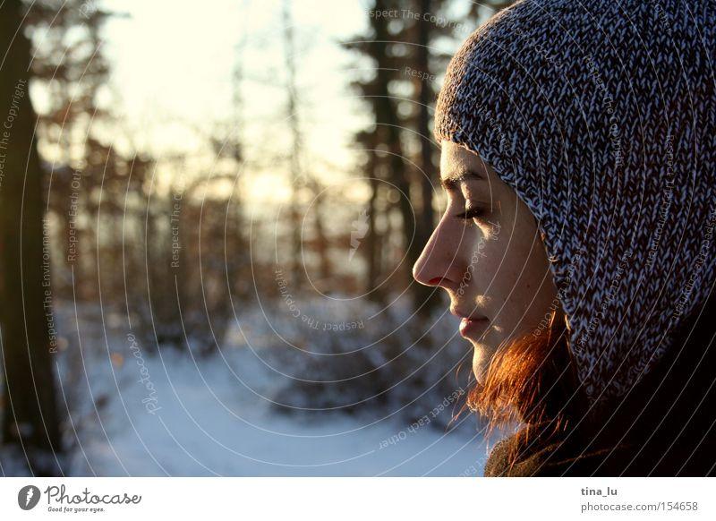 Winterspaziergang Frau Mensch Natur schön Himmel Sonne Winter Wald kalt Schnee Beleuchtung Frieden genießen