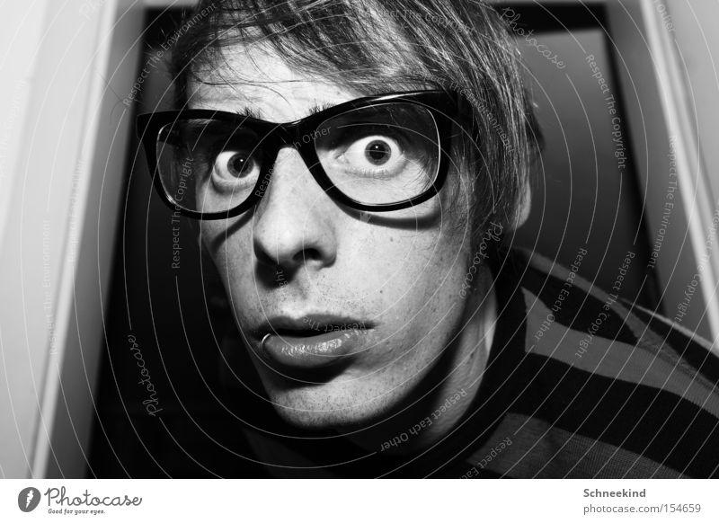 50......ich werd verrückt Mann Kerl Selbstportrait Schwarzweißfoto Brille gestreift Wohnung Porträt Gesicht Seele Piercing Freude Erfolg Angst Panik Rahmen Ich