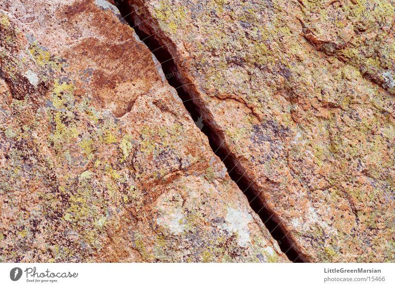 crack mehrfarbig rau gerissen springen Stein Felsen Riss