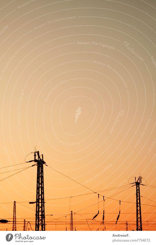 Stromnetz Elektrizität Hochspannungsleitung Netzwerk Computernetzwerk Kabel Stahlkabel Strommast Bahnhof Eisenbahn Energie Abend Sonnenuntergang Oberleitung