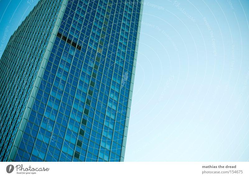 HOCH HINAUS Haus Hochhaus hoch groß blau Himmel bedrohlich majestätisch Fenster Fassade Linie Glasscheibe Berlin schön