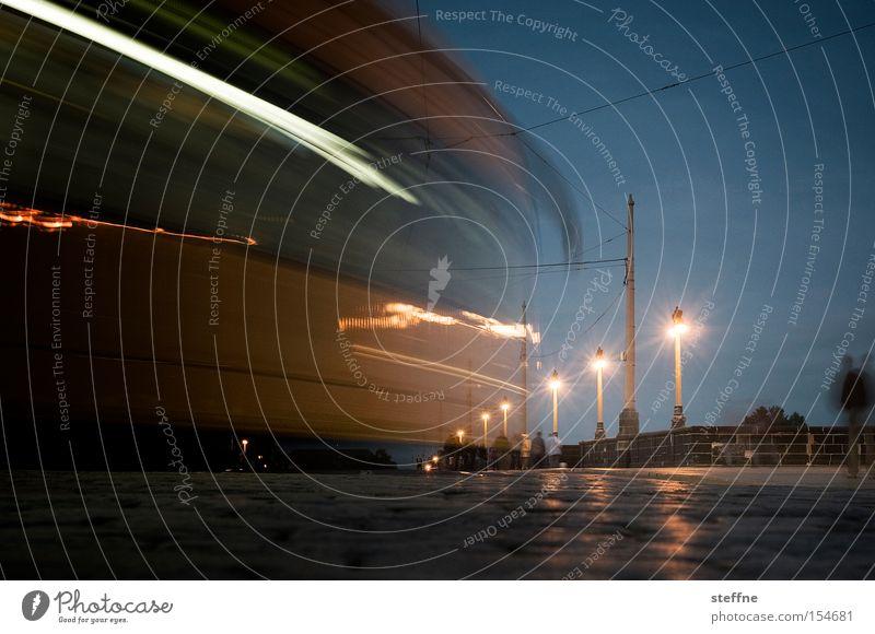 Schwungvoll Verkehr Straßenbahn Öffentlicher Personennahverkehr fahren Brücke Fußgänger Nacht Abend Dämmerung Laterne Geschwindigkeit Langzeitbelichtung Licht