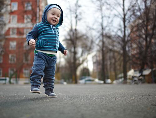 Erste Schritte Freude Glück Leben Kind Mensch maskulin Baby Kleinkind Junge Familie & Verwandtschaft Kindheit Fuß 1 1-3 Jahre Baum Jeanshose Schuhe Liebe