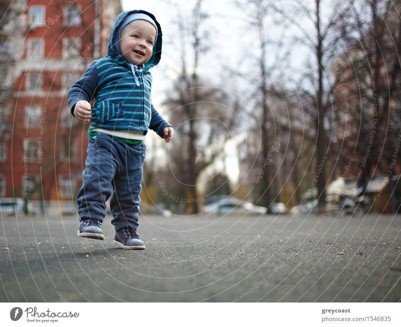 Erste Schritte Mensch Kind Baum Einsamkeit Freude Leben Liebe Gefühle natürlich Junge Familie & Verwandtschaft Glück klein Fuß maskulin träumen