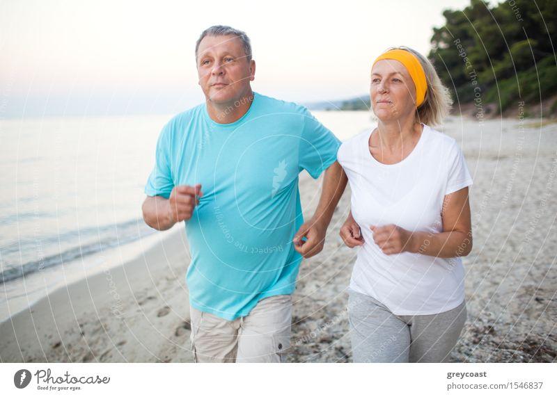Ältere Paare, die auf der Küste rütteln Lifestyle Freizeit & Hobby Ferien & Urlaub & Reisen Sommer Strand Meer Sport Joggen Frau Erwachsene Mann