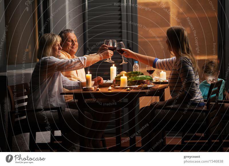 Ruhiges Familienessen im Hinterhof Gemüse Abendessen Alkohol Glück ruhig Spielen Haus Stuhl Tisch Kind Mensch Junge Junge Frau Jugendliche Erwachsene Mann