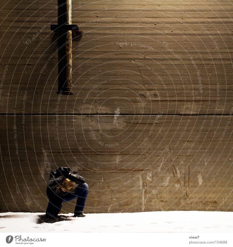 zuschütten! Mann Angst Industrie Industriefotografie Schutz Hafen Eisenrohr Ruine Material Rutsche entladen Deckung schützend