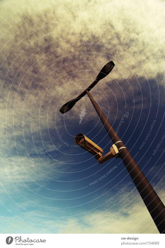 STASI 3.0 Laterne Fotokamera Überwachung Ministerium für Staatssicherheit überwachen Video Vorsicht Respekt Himmel Überwachungsstaat Detailaufnahme