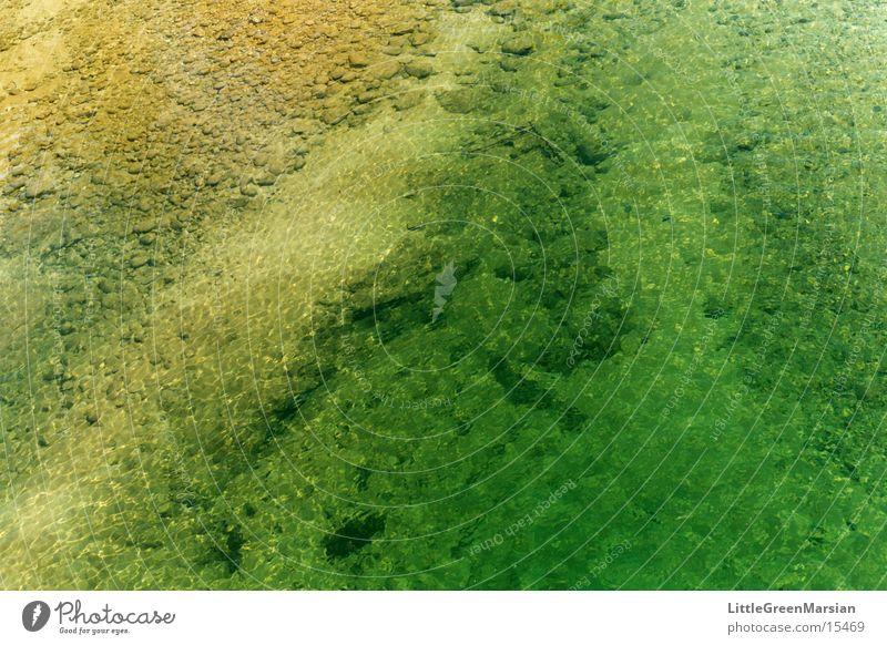 flussbett Wasser grün gelb Stein Wellen Fluss Klarheit durchsichtig Bach